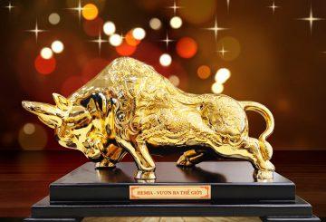 Vật phẩm phong thủy Bò vàng tài chính làm quà tặng cao cấp
