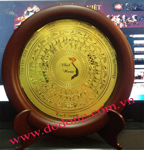 Mặt trống đồng khắc hình Việt nam làm đồ lưu niệm cho khách nước ngoài