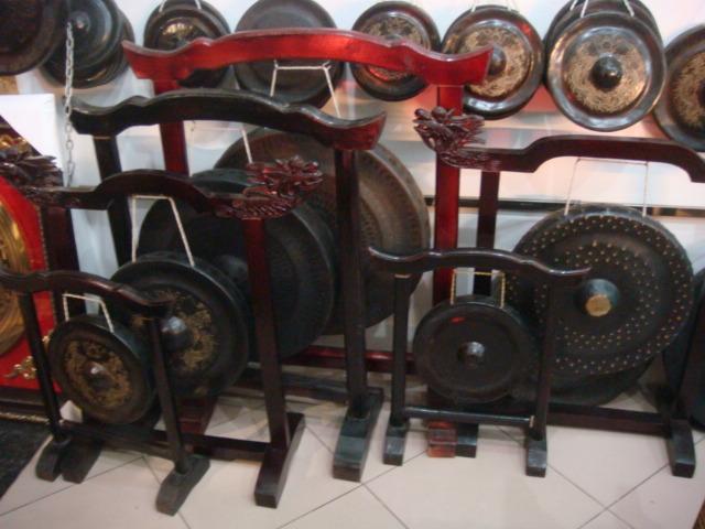 Qùa tặng văn hóa chiêng đồng giả cổ, giá gỗ
