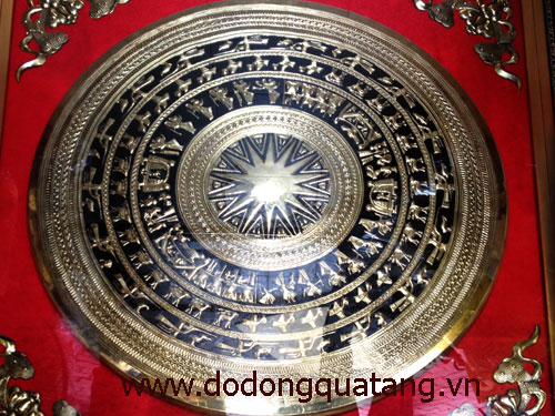 Mặt trống đồng gò đk 80cm hoa văn sắc nét,sơn nền đen tạo độ rõ cho từng chi tiết