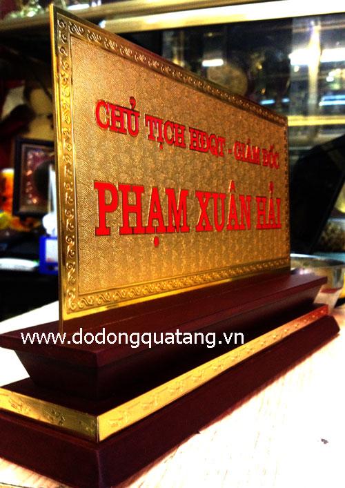 Qùa tặng biển chức danh lãnh đạo mạ vàng tại Hà nội
