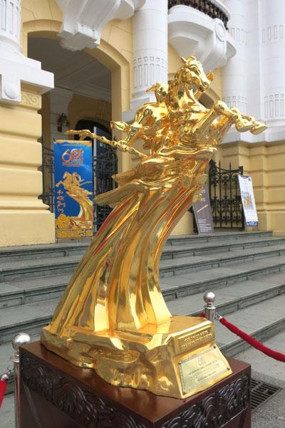 Mạ vàng tượng thánh gióng