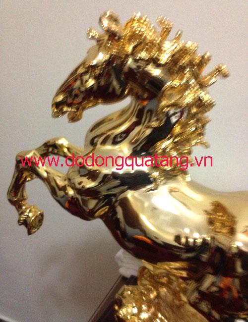 Mạ vàng toàn bộ chi tiết nhỏ nhất trên thân ngựa