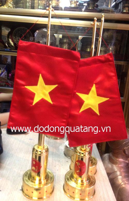 Phần đế được đúc tinh xảo,lá cờ 2 mặt, có thể treo cờ 2 Quốc gia, ống treo cờ bằng đồng