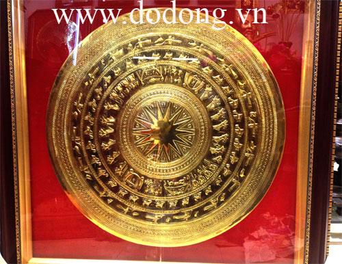 Mặt trống đồng chạm tay đk 80cm hoa văn tinh xảo,khung kính 1,1mx1,1m