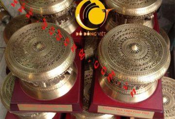 Đúc trống đồng quà tặng dk 10cm – trống đồng tại Sài gòn – dodong.vn