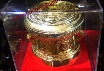 Hoa hậu Diễm Hương mang quà tặng hình trống đồng đi thi quốc tế