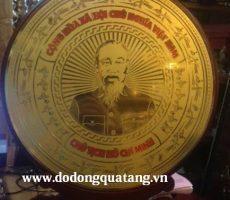 Biểu trưng gỗ đồng khắc chân dung Hồ Chí Minh