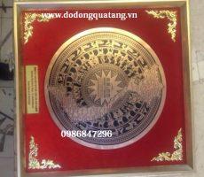 Biểu trưng mặt trống đồng đỏ khắc nhà Quốc hội mới