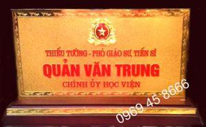 Đồ đồng Việt nhận sản xuất biển chức danh bằng đồng mạ vàng 24k