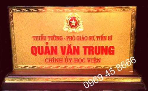 Đồ đồng Việt nhận sản xuất biển chức danh bằng đồng mạ vàng 24k0