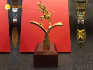 CUP Vinh danh, trao thưởng biểu tượng Kangaroo của công ty du lịch cao 30cm