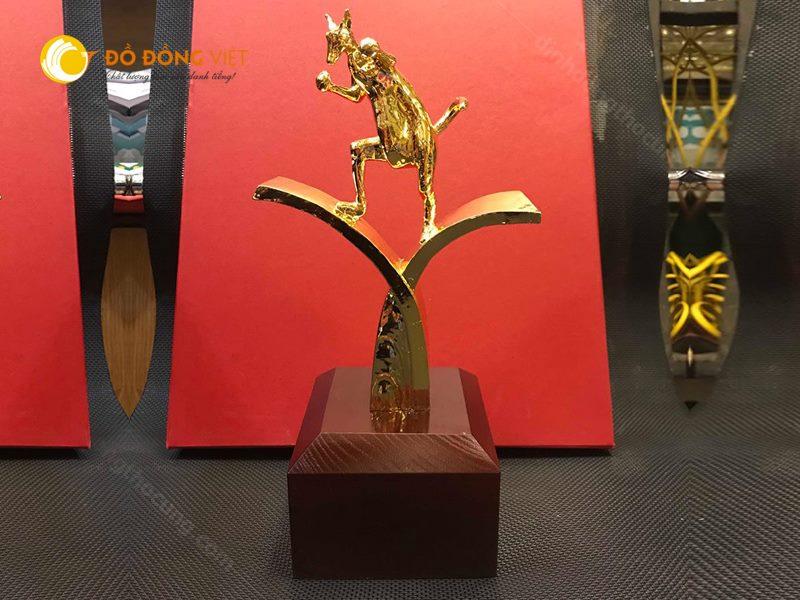CUP Vinh danh, trao thưởng biểu tượng Kangaroo của công ty du lịch cao 30cm0