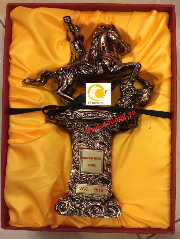 Cúp thánh gióng tặng Doanh nhân Việt nam tiêu biểu năm 20160