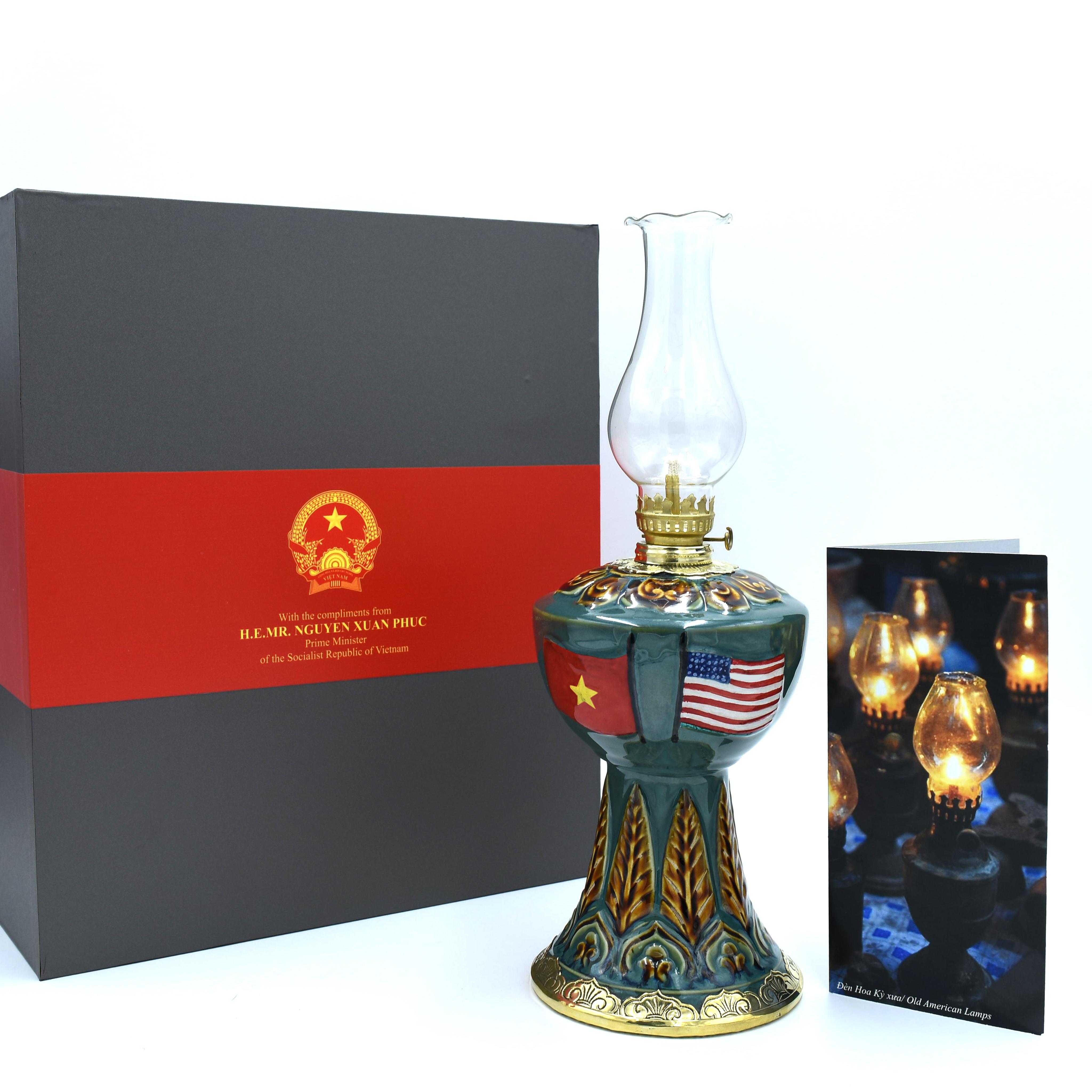 đèn dầu quà tặng của thủ tướng mang thông điệp đến Mỹ