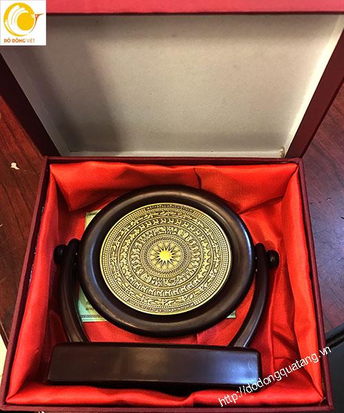 Đĩa lưu niệm mặt trống dk 10cm gỗ 15x18cm trong hộp đựng tiêu chuẩn lót nhung