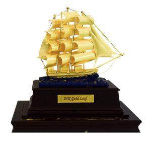 Hộp thuyền buồm mạ vàng cao 23 cm để bàn quà tặng