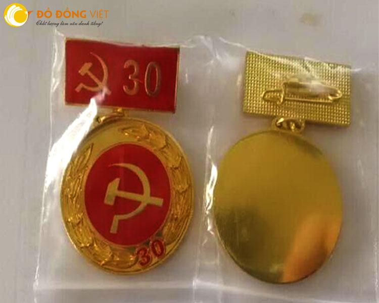 Huy hiệu 30,40,50,70 tuổi đảng được tặng cho lãnh đạo,người tuổi đảng cao