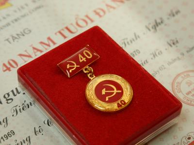 huy hiệu đảng trao cho những cá nhân tuổi đảng 30,40,50,60,70 năm