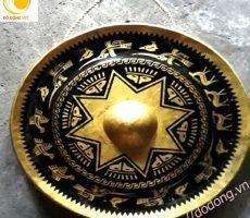 Cồng chiêng khắc hình trống đồng tặng cho khách quốc tế