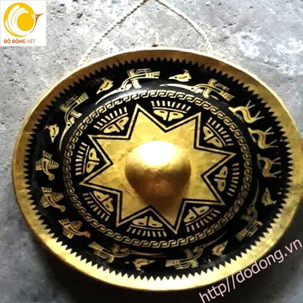 Cồng chiêng khắc hình trống đồng tặng cho khách quốc tế0