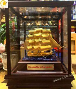 Tượng thuyền buồm để bàn trong hộp kính dát vàng