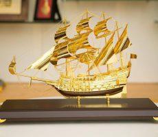 Thuyền buồm mạ vàng 50 cm để bàn trang trí