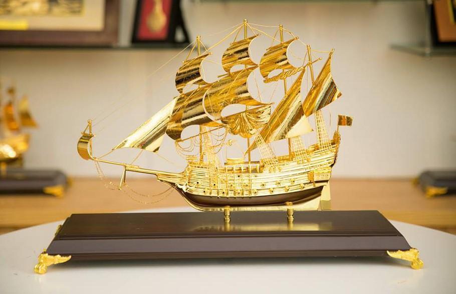 Thuyền buồm mạ vàng 50 cm để bàn trang trí0