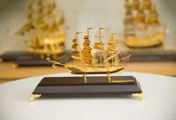 Thuyền buồm mạ vàng – món quà ưa thích doanh nhân