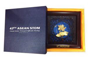 Thiết kế quà tặng sen vàng làm quà tặng hội nghị Quốc tế