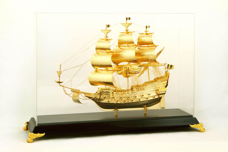 Thuyền Buồm Mạ Vàng 24k  Kích thước thuyền: 215x140mm  Khung Kích thước: 305x118x225mm