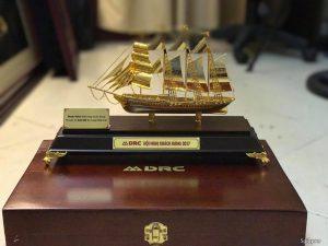 Thuyền buồm vàng 24k cỡ 30 cm, 50 cm để bàn
