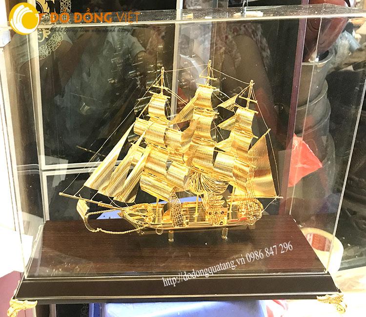 Thuyền buồm mạ vàng để bàn cỡ nhỏ 31cm