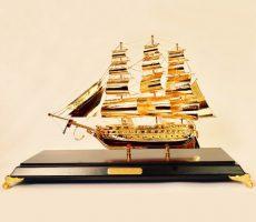 Qùa tặng thuyền buồm mạ vàng 30 cm để bàn làm việc