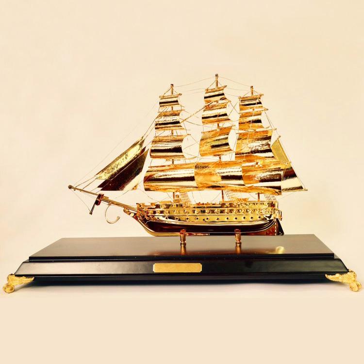 Qùa tặng thuyền buồm mạ vàng 30 cm để bàn làm việc0