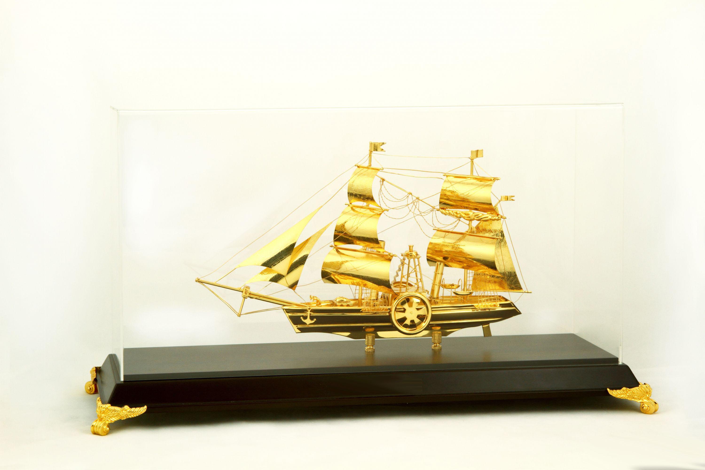 thuyền buồm mạ vàng 24k để bàn làm việc