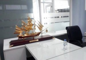 Mô hình thuyền buồm mạ vàng dài 1m trưng bày công ty