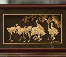 Tranh tùng hạc mạ vàng làm quà tặng khách hàng VIP