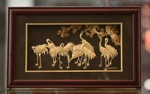 Tranh tùng hạc dát vàng trang trí phòng khách gia đình