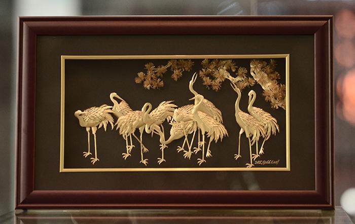 Tranh tùng hạc dát vàng trang trí phòng khách gia đình0