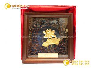Quà tặng hội nghị khách hàng- tranh hoa sen vàng lá 3d khung gỗ