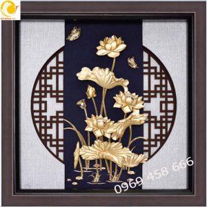 Tranh hoa sen dát vàng khung 30x30cm tinh xảo