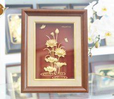 Tranh hoa sen dát vàng, tranh hoa sen làm quà tặng khách nước ngoài