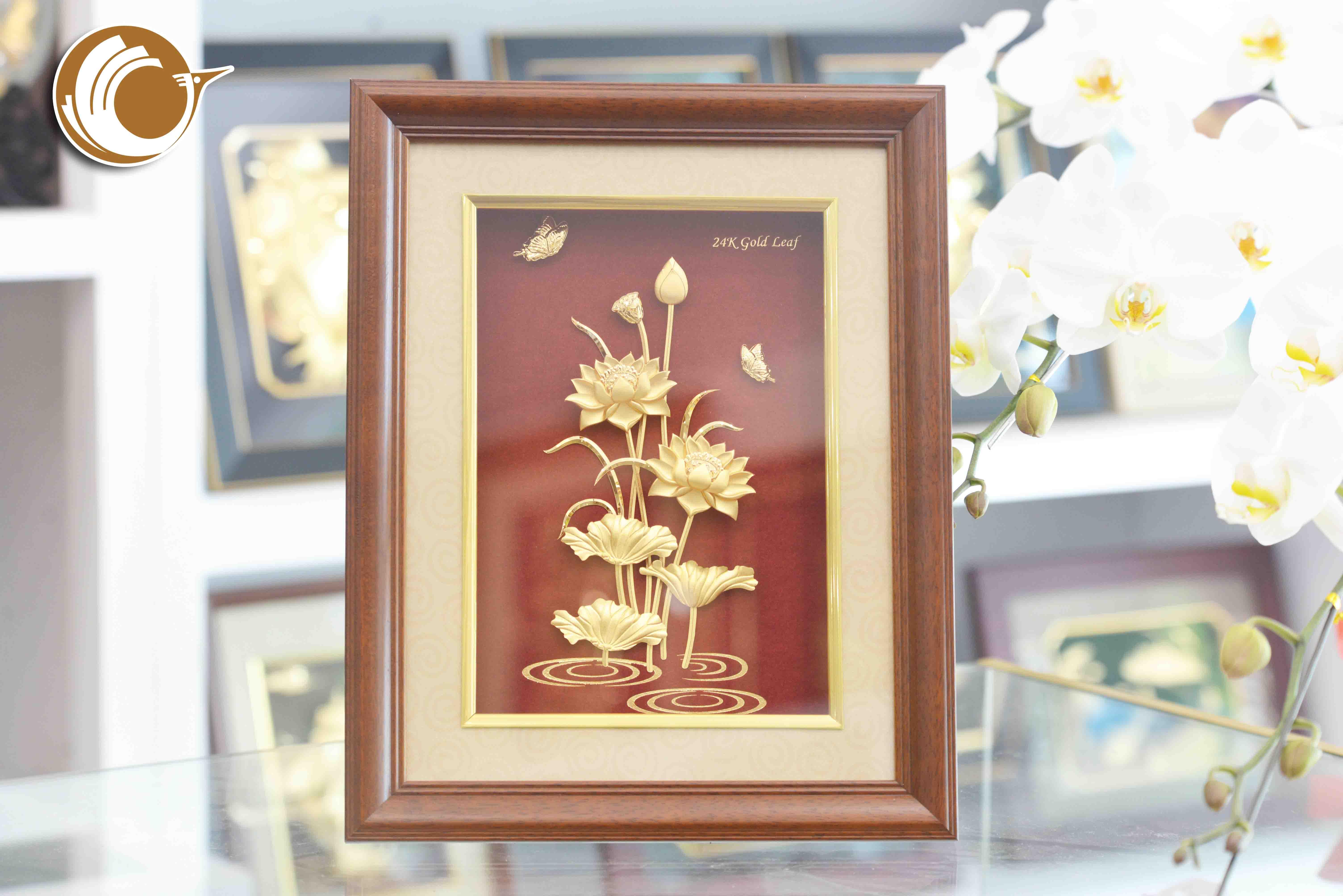 Tranh hoa sen dát vàng, tranh hoa sen làm quà tặng khách nước ngoài0