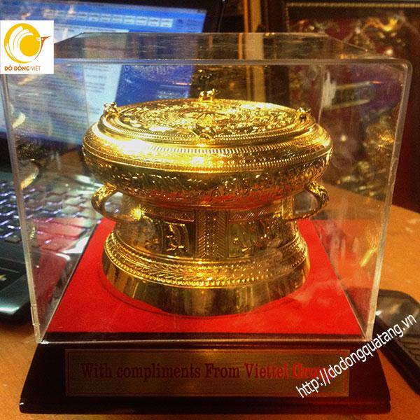 Viettel quà tặng chiếc trống thu nhỏ mạ vàng dk 12cm0