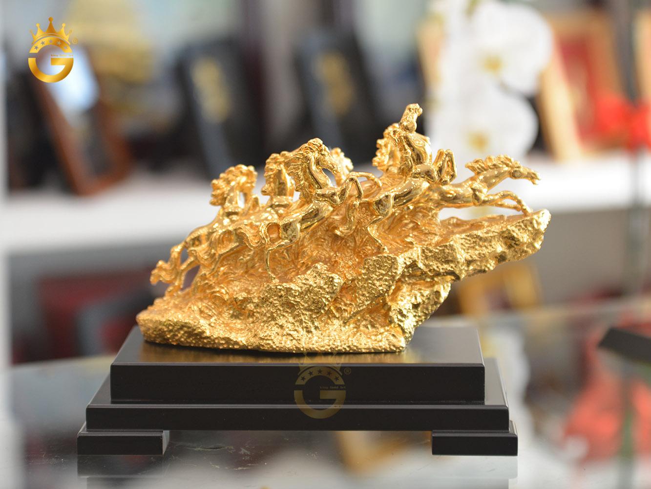 Biểu tượng bát mã truy phong mạ vàng 24k0
