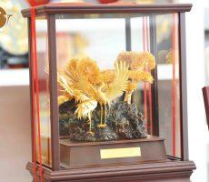 Biểu trưng chim hạc bằng đồng mạ vàng
