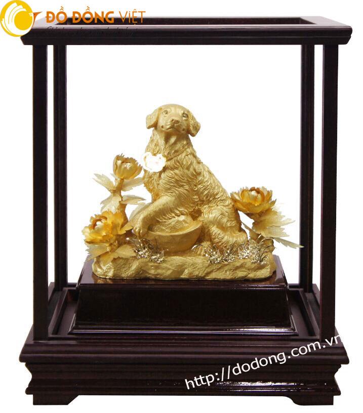 Linh vật chó dát vàng trong hộp kính làm quà biếu tết 2018