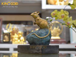 Giá bán tượng chuột bằng đồng ngồi trên mỏm đá xanh