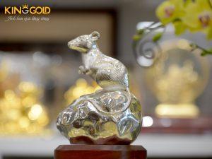 Giá bán tượng chuột đứng trên mỏm đá dát bạc